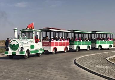 大漠胡杨景区引进3辆无轨观光火车